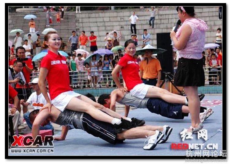 湖南举行给美女做俯卧撑比赛